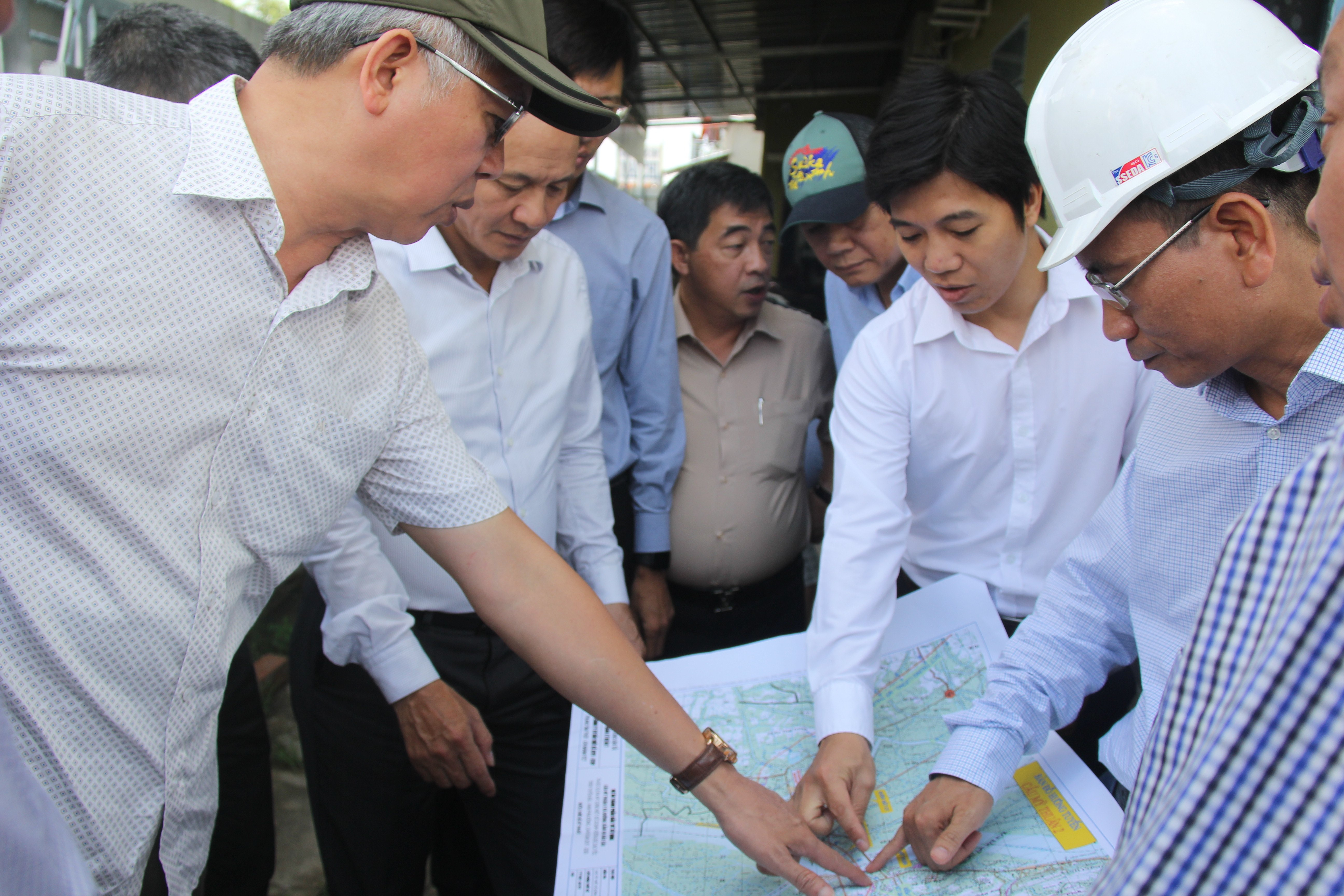 Đoàn công tác khảo sát vị trí xây dựng cầu Mỹ Thuận 2 đoạn qua địa phận tỉnh Tiền Giang.